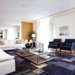 poltronas e tapetes cor azul sala chique e elegante