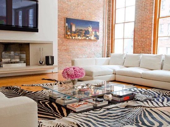 loft com tapete de zebra na decoracao