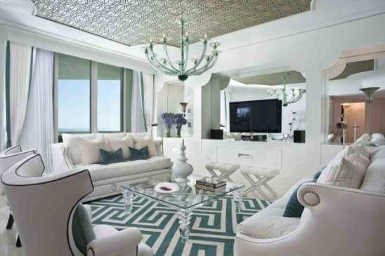 sala branca e classica com tapete azul geometrico