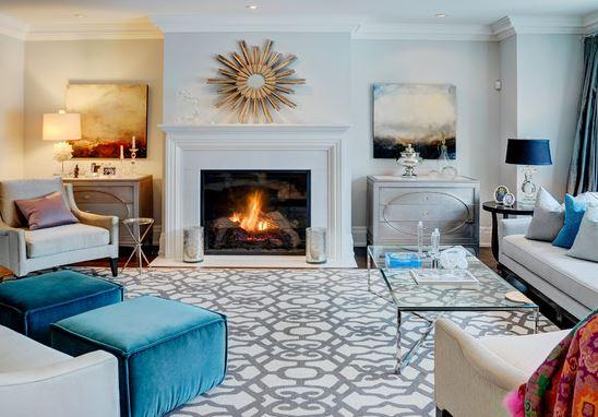 sala com lareira e tapete estampado