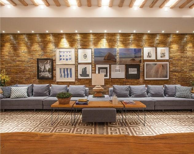 04 sala moderna e elegante com parede de tijolo a vista