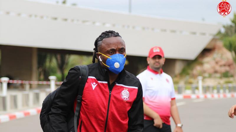 لاعبو الوداد يضعون الكمامات في الطريق إلى تونس (صور)