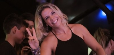 Carla Perez mostra que é fã do marido Xanddy em show do ...