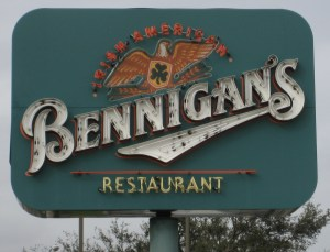 Entrance_sign_to_a_Bennigan's_restaurant_in_Algiers,_Louisiana
