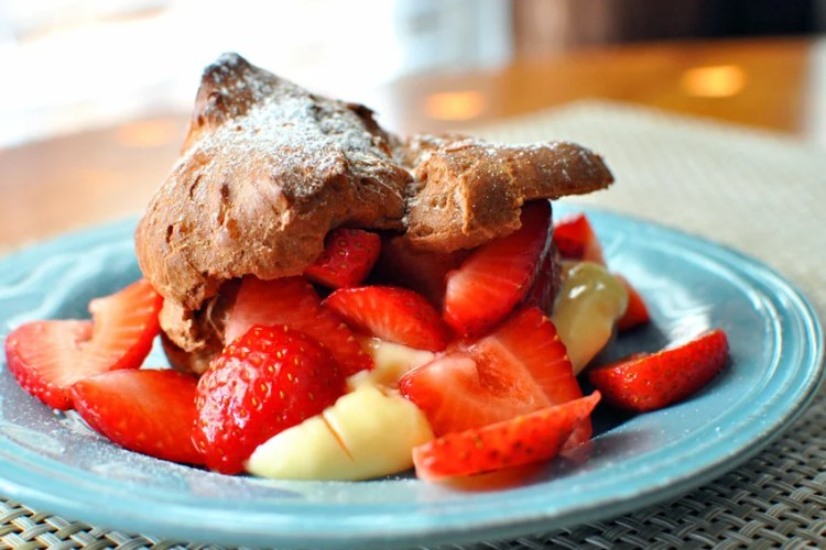 Chocolate Puffs with Fresh Strawberries