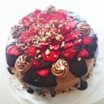 Färskost- och jordgubbsfyllning, täckt med nötcremefrosting, chokladsås och jordgubbar. Länk