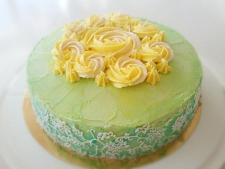 Blå smörkräm längst ner längs kanterna, övergång till grönt och sedan till gult (men det sista är mest dolt av blommorna).
