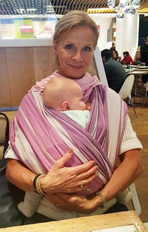 Stolt mormor testade sjalen och tyckte den var kalasbra. E sov gott i den som vanligt.