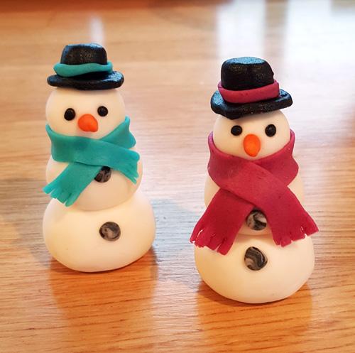 Den andra jultårtan hade en snögubbe med blå halsduk, och var en mjuk pepparkaka ned whipped cream cheese frosting.