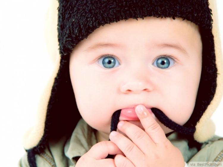 beau bébé yeux bleus avec une tuque
