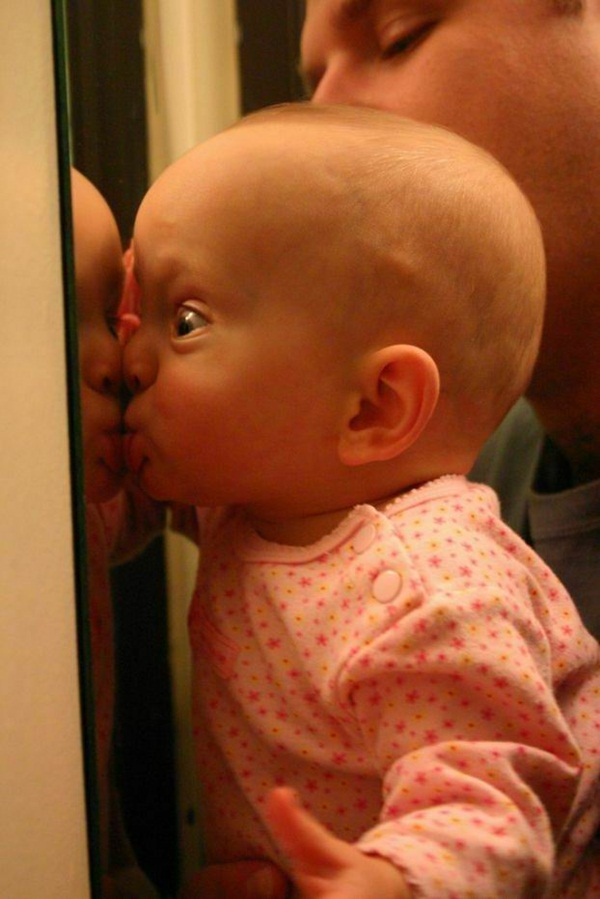 bébé découvre son image dans un miroir