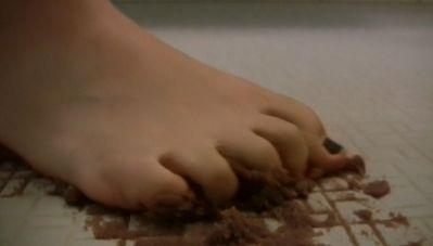 床にしっとりしたバームクーヘンを踏み潰して床の溝に擦り付ける!