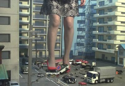 ヒールがかなり高い真紅のハイヒールで街中を闊歩!