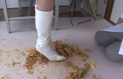 白ブーツが汚れることも厭わずにひたすらフードクラッシュ!