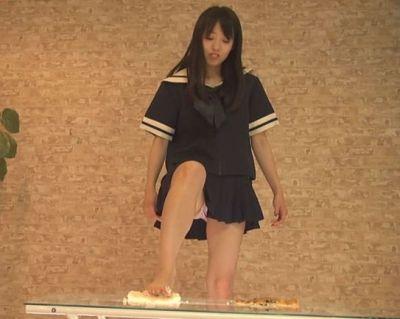 結構可愛いJKがスカートを短くしたセーラー服で足を大きく上げフークラ