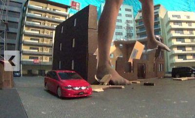 3階建てくらいならGTSのひざ下ちょいだから軽々踏み潰して破壊♪