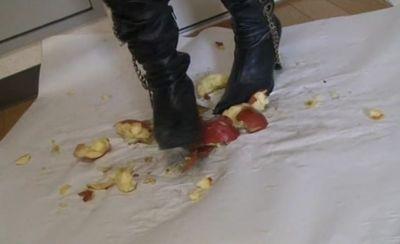 エリカ様がリンゴを床に敷き詰めいろんな踏み潰しを魅せてくれる!