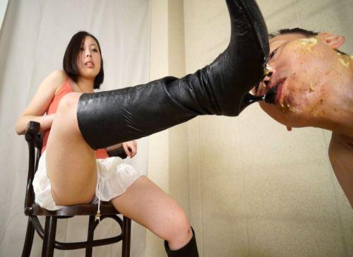 「舐めていいわよ」椅子に座り高く掲げたかかとにしゃぶりついて舐めまわす!