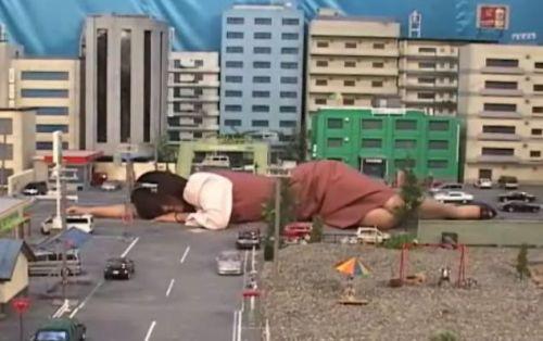 「もう仕事なんて嫌だ!寝てやる!」街中の路上で寝転がる巨大女OL