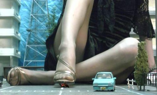 まるで自分の部屋でくつろぐブラウンパンストの脚を片膝を立てするGTS