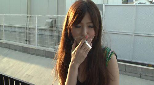 今時珍しい美形の喫煙者。煙草を消すだけの足フェチ&クラッシュフェチ動画