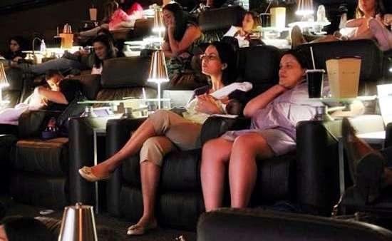 Pais podem assistir aos filmes com conforto em sala com adaptações no som, na temperatura e na luz ambientes.