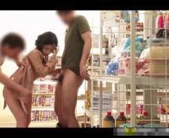 【輪姦レイプ動画】コンビニ店内で露出していた女性を襲いその場でレイプする男達ww