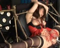 【エロ拷問動画】180度強制開脚され子宮まで丸見え状態にされた美女。ドリルバイブを挿入されながらクリにろうそく責めされる