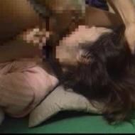 【店内集団レイプ動画】女性店員が酒を持ってきた時を見計らって押し倒しレイプする集団