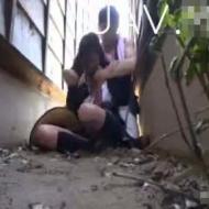 【青姦レイプ動画】無防備な女子高生を路地に引っ張り込んで力づくでマンコに挿入中出しレイプ!