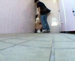 【ロリレイプ動画】ポニーテールの中学生少女を公衆便所に連れ込んで強引に生チンコ咥えさせ生姦中出しレイプしたったww