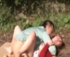 【野外レイプ動画】女に飢えた森林作業員が一人で散歩している巨乳美女を力尽くで強姦!