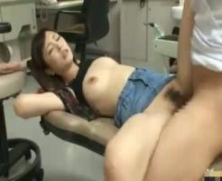 【麻酔レ●プ動画】歯科医に法外な麻酔を投与されて失神させられた女子大生が子宮に精子注入される生姦レ●プ・・・