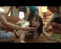 【集団レ●プ動画】近所の悪がきに催眠術掛けられた若妻が鬼畜チンポ3本で上下の穴をめった刺しにされてしまう・・・