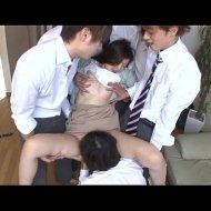 【集団レイプ動画】自宅に訪れた生徒5人に連続中出しの種付けレイプされてしまう新人女教師・・・