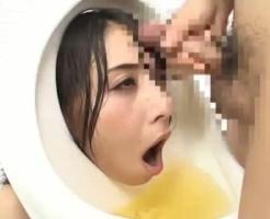 【凌辱レ●プ動画】美女の尊厳踏みにじる!人間小便器にされた晶エリーが顔面に尿と精子まみれにされる究極の凌辱ww