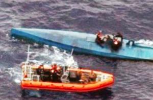In het blauwe vaartuig zaten 274 balen vol cocaïne.