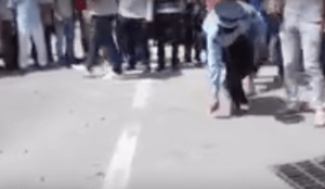 Agent in Marokko stelt plaats delict veilig waar een grote hoeveelheid kogelhulzen liggen (Foto: screenshot)