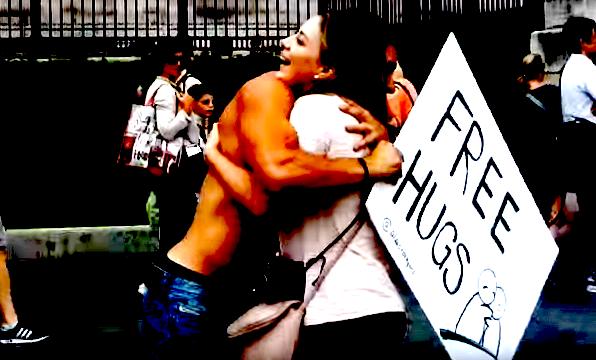 free hugs mishandeling, free hugs times square, free hugs vrouw geslagen
