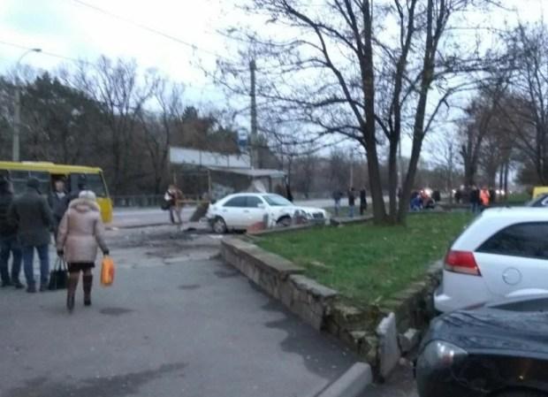 ДТП в Симферополе, утро 16 ноября: «Mercedes» снес остановку