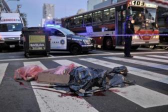 Los atacantes baleraron a un hombre y una bala perdida impactó en la mujer.
