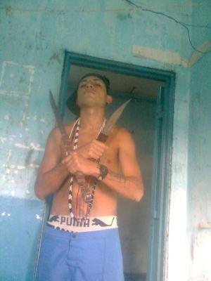 Presos armados con facas suben fotos a las redes sociales.