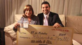 Tiempos mejores: la fiscal Moretti ganó un auto que sorteó el diario El Día en octubre de 2009.