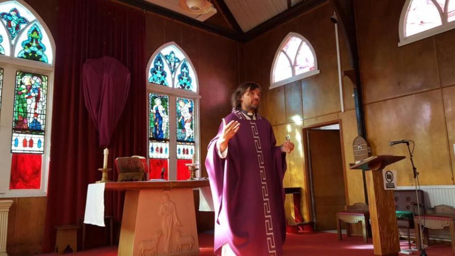 Di Paola rezó dos misas en las islas.