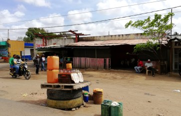 Venta de nafta en la calle en Colombia.