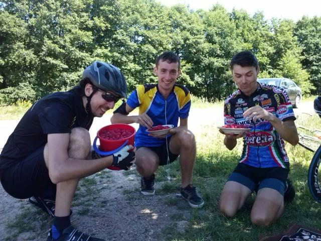 În cei 150km de pedalat ne-am oprit să cumpărăm zmeură de pe marginea drumului, că prea ne-a făcut cu ochiul.
