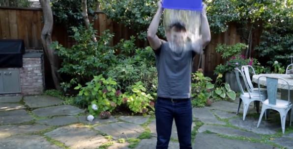 Mark Zuckerberg isi toarna apa in cap