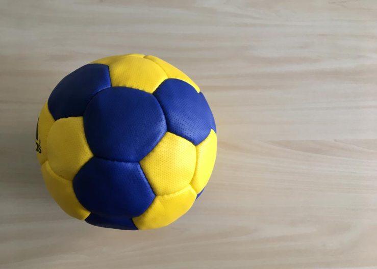 mingi de handbal in scoli