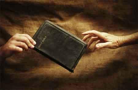 Periódico Tribune entrega 56,500 Biblias