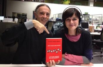 Miriam Duque y Juan Carlos del programa Graffiti de Radio Euskadi, posan con PERDIDOS
